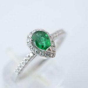 Entourage ring met diamant en smaragd