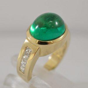 Ring met cabuchon geslepen smaragd
