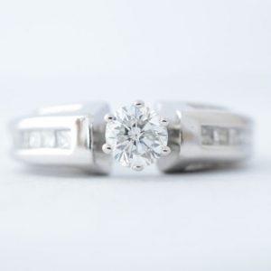 Ring met grote briljant en diamanten