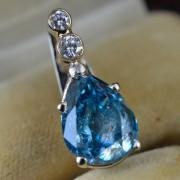 Hanger-bezet-met-blauwe-diamant-1