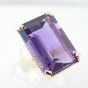 Ring met grote amethist