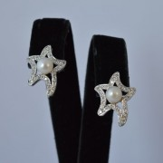 Ster-oorbellen-met-parel-en-diamant-1